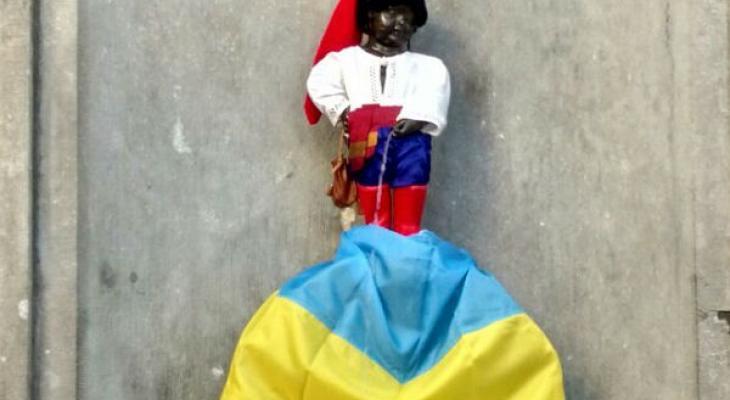 """Украинцы одели """"писающего мальчика"""" в российский триколор"""