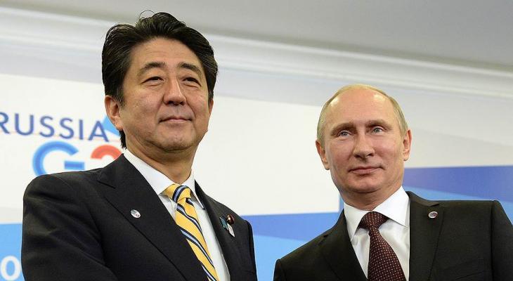 Президент РФ Владимир Путин на встрече в Сочи в премьер-министром Японии Синдзо Абэ