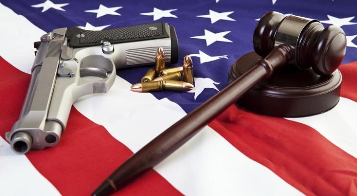В результате стрельбы в общественных местах в США гибнут люди, оружие преступники покупают легально