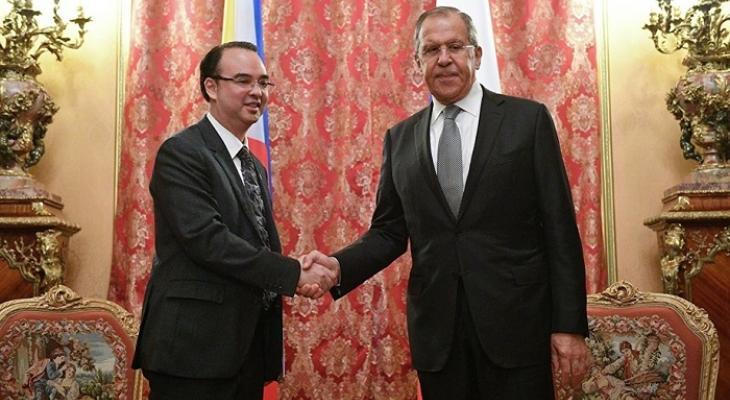 Глава МИД Филиппин Алан Питер Кайетано и министр иностранных дел России Сергей Лавров