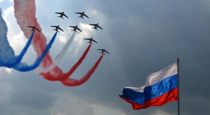 Флаг России и российские самолеты