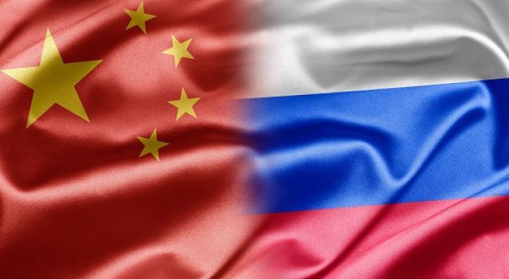 В Южно-Китайском море начались совместные российско-китайские военно-морские учения. Помимо этого, российский контингент принимает участие в антитеррористических учениях, проводимых ШОС.